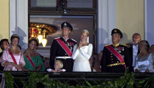 FYRVERKERI: Etter slottsmiddagen gikk kongefamilien ut på slottsbalkongen, der de overvar et overdådig fyrverkeri. Foto: NTB Scanpix