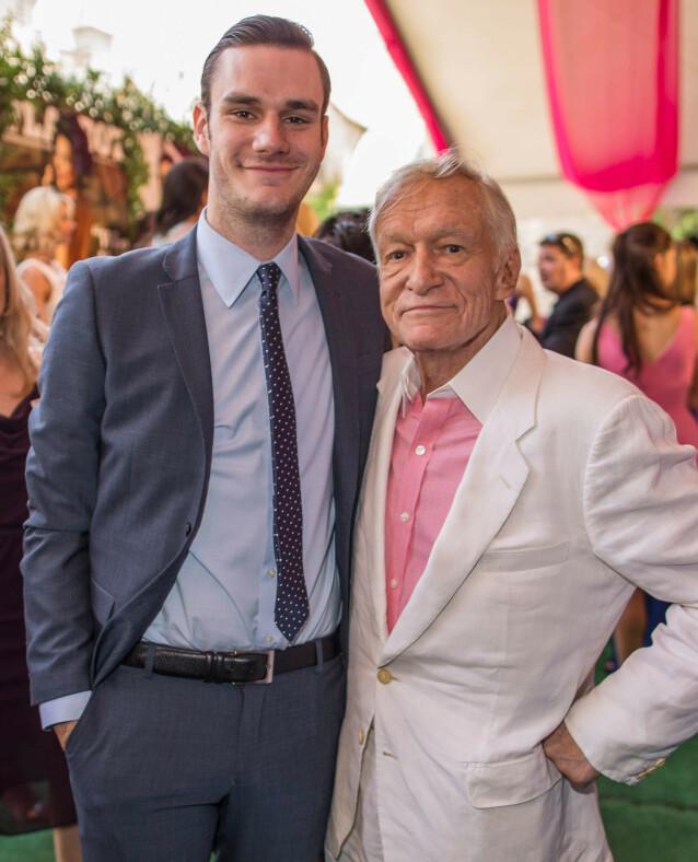 FAR OG SØNN: Her er Cooper og Hugh Hefner sammen på et Playboy-arrangement i 2013. Foto: NTB Scanpix