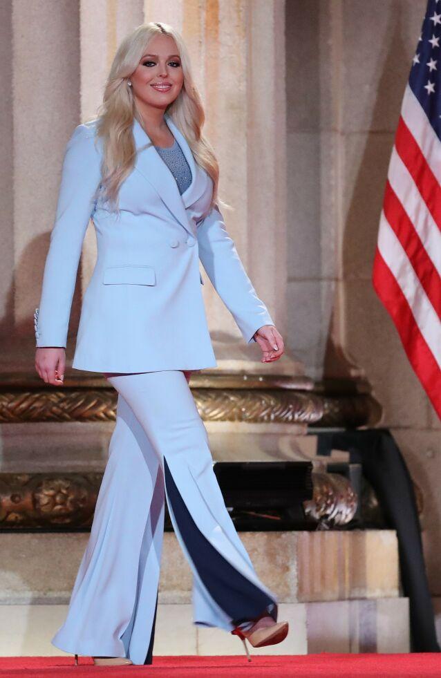 GLITTER: Selv om Tiffany Trumps tale primært vekker oppsikt, får hun også mye skryt for den blå dressen og den glitrende toppen hun har på under. Foto: NTB Scanpix