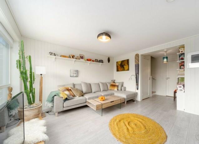 STUEN: Bildet viser stuen som befinner seg i den første etasje av rekkehuset. Foto: Privatmegleren Ålesund
