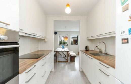 KJØKKENET: Her ser man kjøkkenet i rekkehuset til Trude Vasstrand. Foto: Privatmegleren Ålesund