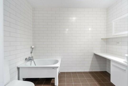 BAD: Rekkehuset inneholder to bad, dette er badet i første etasje. Foto: Privatmegleren Ålesund