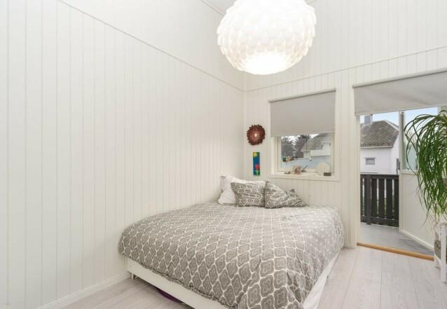 SOVEROM: I boligen er det tre soverom og en loftstue. Her er et av soverommene. Foto: Privatmegleren Ålesund
