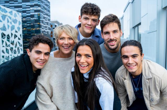 SAMLET: Her er Trude Vasstrand avbildet sammen med sine tre sønner Noah, Emil og Silas, og datteren Jørgine og hennes ektemann Morten. Foto: Espen Solli/ TV 2