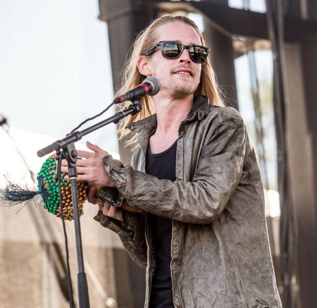 STARTET BAND: I en periode spilte Macaulay Culkin i bandet The Pizza Underground, før de ble splittet i 2018. Her avbildet på scenen i 2014 i Chicago. Foto: NTB Scanpix