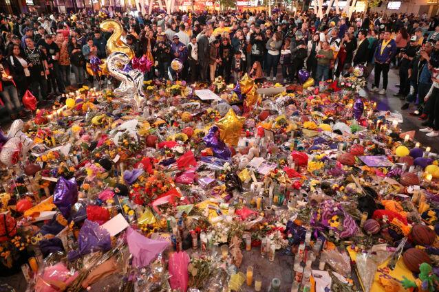 BLOMSTERHAV: Utenfor Lakers' hjembane, Staples Center, samlet det seg raskt et stort blomsterhav etter Kobes død. Foto: NTB Scanpix
