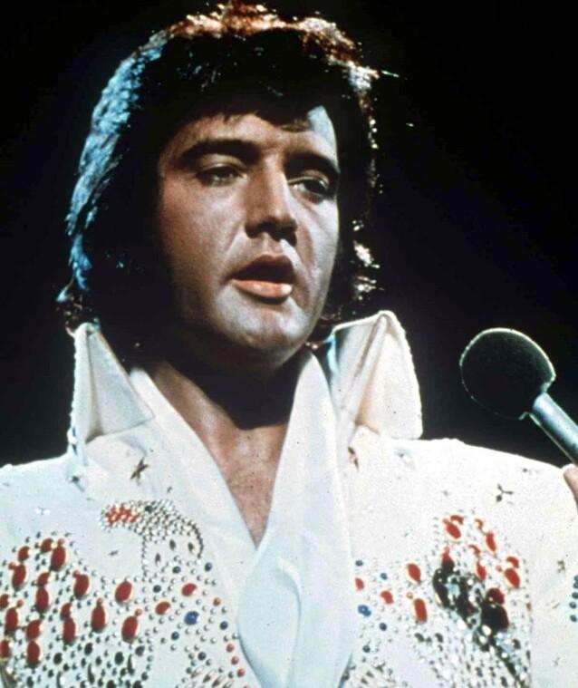 KJENNEMERKE: Elvis Presley var ofte å se i dette antrekket, som var et av hans kjennemerker. Foto: NTB Scanpix