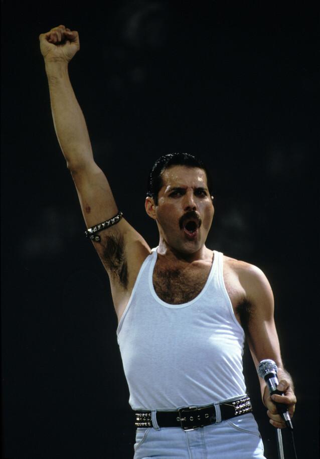KJENT STIL: Mercury er kjent for sine ville sceneopptredener og gullstrupe. Her er han avbildet på scenen i forbindelse med Live Aid. Foto: NTB Scanpix