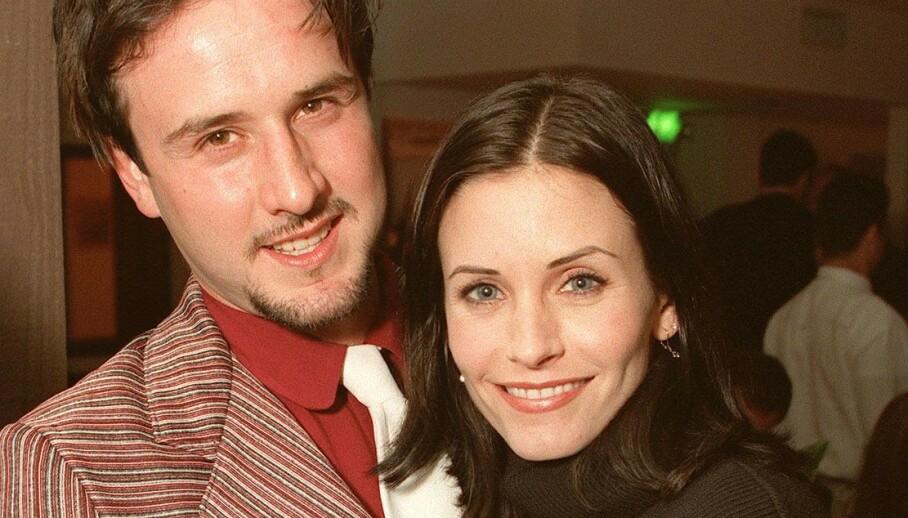 LANG SKILSMISSE: Det tok tre år fra bruddet mellom David Arquette og Courteney Cox til de var skilt. Nå letter førstnevnte på sløret om forholdet han har til ekskona i dag. Her er de sammen i 1998. Foto: NTB scanpix