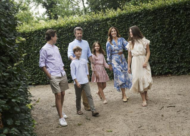 SAMLET: Her ser man hele familien på seks, bestående av kronprins Frederik, kronprinsesse Mary og deres fire barn, prinsesse Isabella, prinsesse Josephine, prins Vincent og prins Christian. Foto: Franne Voigt