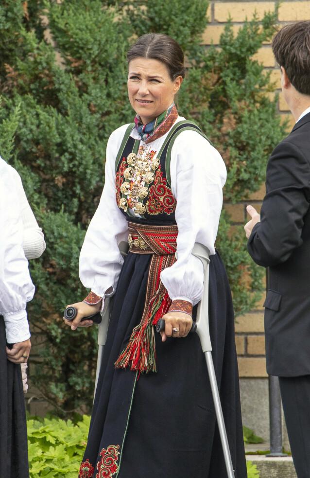 SKADET SEG: Prinsesse Märtha Louise ankom Jar kirke på krykker. Foto: Tor Lindseth/ Se og Hør