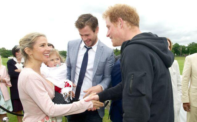 SMÅBARNSFORELDRE: Elsa Pataky, Chris Hemsworth og et av deres tre barn hilser på prins Harry under et arrangement i 2015. Foto: NTB scanpix