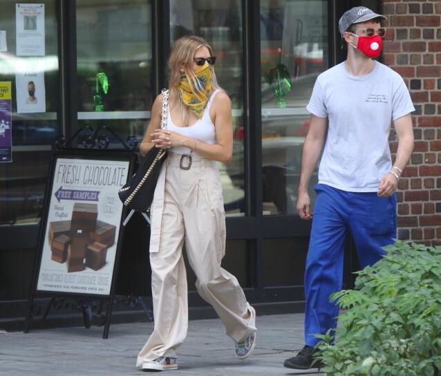 GODE VENNER: Sienna Miller og eksforloveden Tom Sturridge sammen i New York i sommer. Foto: NTB scanpix