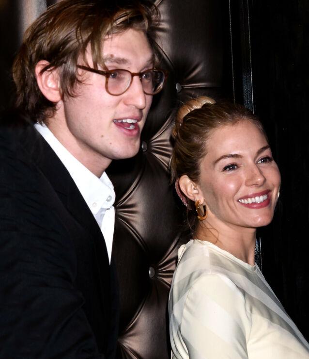 DEN GANG DA: Sienna Miller og Lucas Zwirner sammen på Writers Guild Awards i New York i vinter. Foto: Splash News/ NTB scanpix