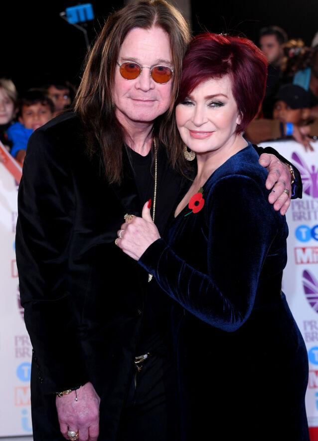 SOLID EKTESKAP: Ozzy og Sharon Osbourne har holdt sammen i tykt og tynt siden de giftet seg i 1982. Her er de avbildet i 2017, der de begge viser frem sin signaturlook. Foto: NTB scanpix