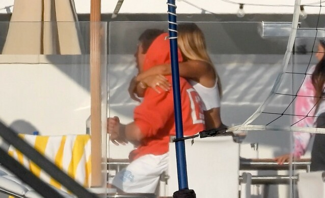 GODT GREP: Sofia Richie holdt et godt grep rundt sin mannlige venn. Foto: NTB scanpix