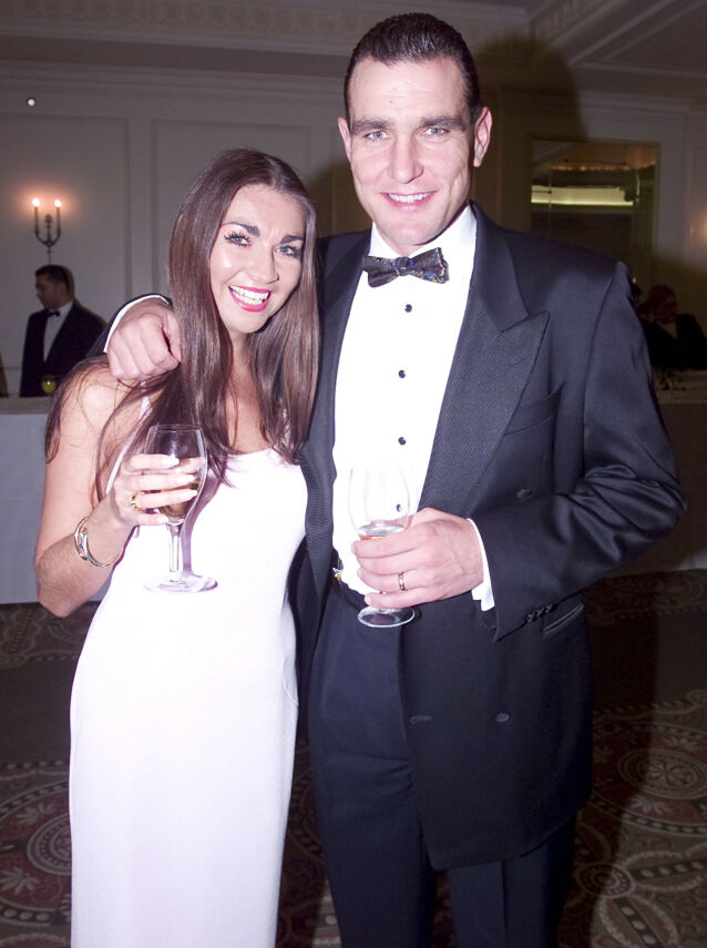 DYPT ÆRLIG: Vinnie Jones forteller i boka at han holdt rundt kona da hun døde. Her er de sammen på Evening Standard Film Awards i februar 2000. Foto: NTB scanpix