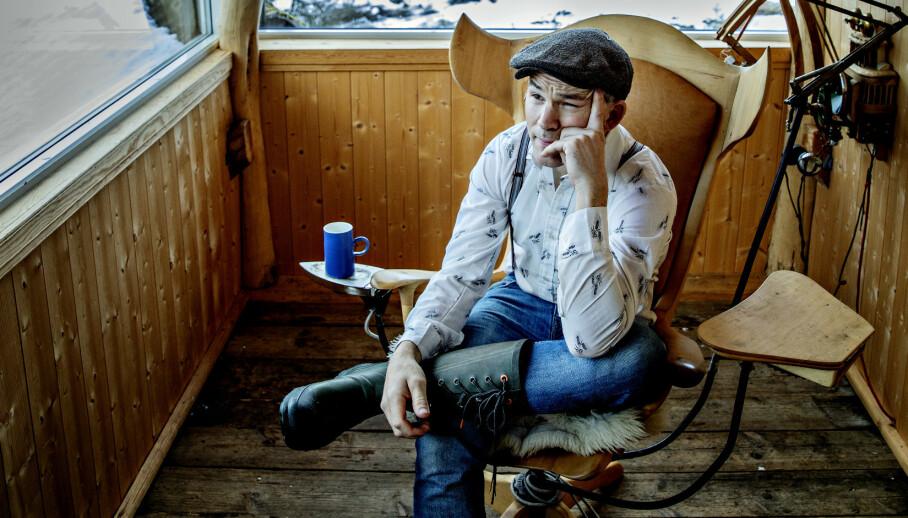 GIKK I SVART: Erik Alfred Tesaker gråt på «Farmen», ble mørbanket og var utkjørt lenge etterpå. «Oppfinneren», kjent fra NRK og som «Farmen Kjendis»-vinner på TV 2, tar et oppgjør med realitysjangeren. Foto: Nina Hansen/ Dagbladet