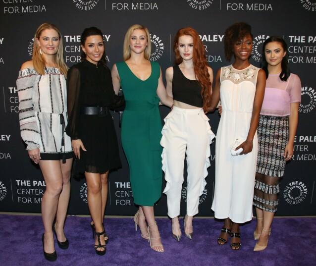 KOLLEGER: Her er Marisol Nichols avbildet sammen med Madchen Amick, Lili Reinhart, Madelaine Petsch, Ashley Murray og Camila Mendes fra Netflix-serien. Foto: NTB Scanpix