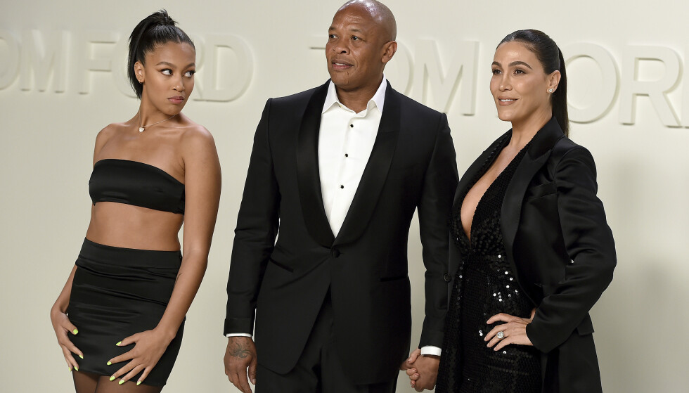 STILLER KRAV: Nicole Young krever over 17 millioner i måneden av rapper-ektemannen Dr. Dre. Her er de to avbildet med datteren Truly Young (ytterst t.v.) under New York Fashion Week i februar i år. Foto: AP/ NTB Scanpix