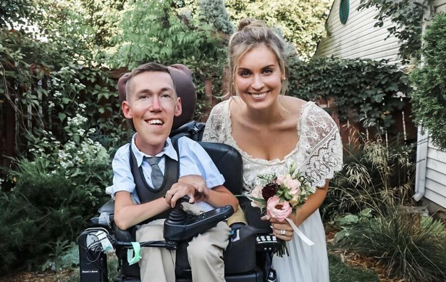 SPINAL MUSKELATROFI: Ekteparet Shane Burcaw og Hannah Aylward fotografert på bryllupsdagen i september 2020. Han har den genetiske sykdommen Spinal muskelatrofi. Foto: Skjermdump Instagram