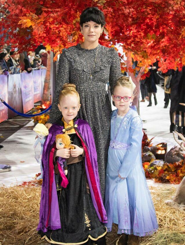 TOBARNSMOR: Lily Allens to døtre Marnie Rose og Ethel, fra hennes ekteskap med Sam Cooper, var også til stede i bryllupet. Her er de tre på «Frost 2»-premiere i London i 2019. Foto: NTB scanpix