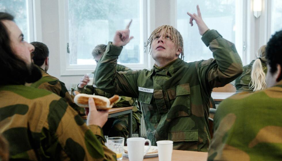 KRITISERES: Herman Flesvigs karakter Ola Halvorsen får hard medfart av en norsk rapper. Her fra en scene i «Førstegangstjenesten». Foto: NRK