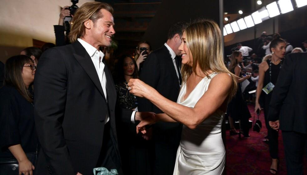 <strong>FEIRET SAMMEN:</strong> Både Brad Pitt og Jennifer Aniston vant Sag Award tidligere i år. Her blir de gjenforent etter å ha mottatt hver sin pris. Foto: NTB Scanpix