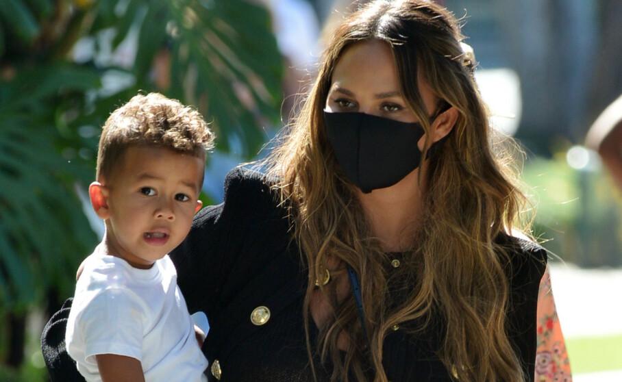 <strong>BLIR MAMMA IGJEN:</strong> Chrissy Teigen og ektemannen John Legend venter sitt tredje barn. Her er Chrissy og sønnen Miles avbildet sammen i august. Foto: Splash News / NTB