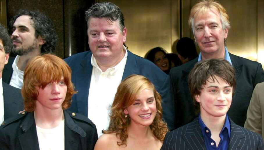 SJOKKDØDSFALL: Da Alan Rickman (bak t.h.) døde i 2016, etterlot han Harry Potter-fansen i sorg. Her med medspillere Robert Coltrane (som spite Rubeus Hagrid i filmene), Rupert Grint (Ron Weasley), Emma Watson (Hermione Granger) og Daniel Radcliffe (Harry Potter) i 2004. Foto: NTB scanpix