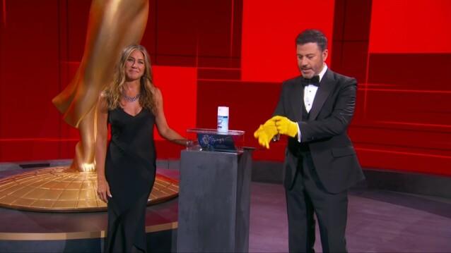<strong>DELTE UT PRIS:</strong> Jennifer Aniston var tidligere på kvelden å se på scenen da hun delte ut prisen for beste kvinnelige hovedrolle i en komiserie. FOTO: NTB