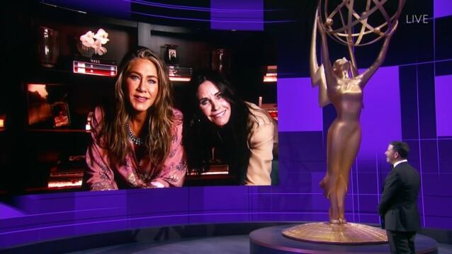<strong>GODE VENNER:</strong> Jimmy Kimmel virket å være svært overrasket da han fant ut at Jennifer Aniston ikke var alene, men hadde besøk av blant andre Courteney Cox. FOTO: NTB