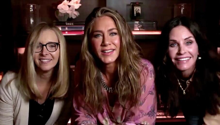 <strong>HADDE BESØK:</strong> Jennifer Aniston dukket opp under Emmy-utdelingen med to av sine «Friends»-kolleger. Foto: NTB