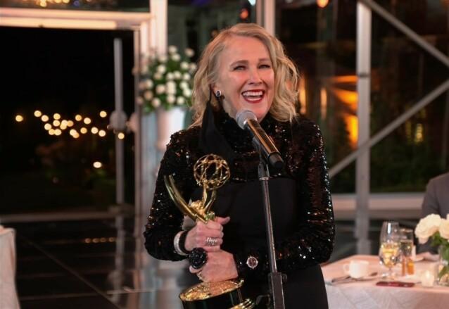 <strong>FORNØYD:</strong> Catherine O'Hara kunne juble over prisen for beste kvinnelige hovedrolle i komiserie. Foto: Invision/NTB