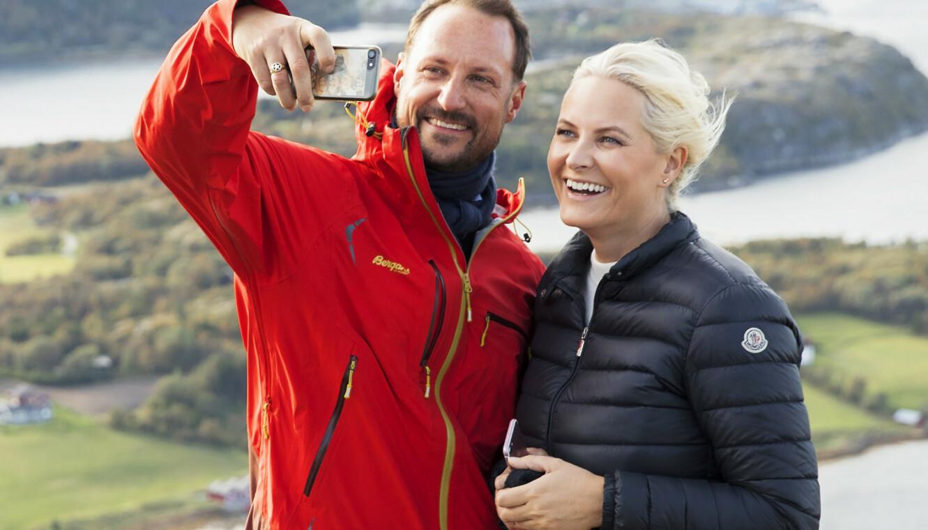 SPORTY: Kronprinsparet på toppen av Storefjellet i Trøndelag i 2017. Sykdommen gjør det viktig for kronprinsessen å holde formen ved like.