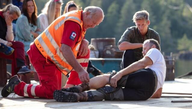 <strong>LEGEHJELP:</strong> Slik så det ut da Terje Leer skadet seg under innspillingen. Han fikk raskt legehjelp på stedet og ble seinere fraktet til sykehus. Foto: Alex Iversen / TV 2