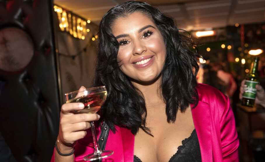 INNRØMMER BLEMME: Yasmine San Miguel vil gjøre bot for coronafesting, og tar på seg ansvaret offentlig. Her fra «Paradise Hotel»-premierefesten i starten av mars, få dager før Norge innførte «lockdown». Foto: Andreas Fadum/Se og Hør