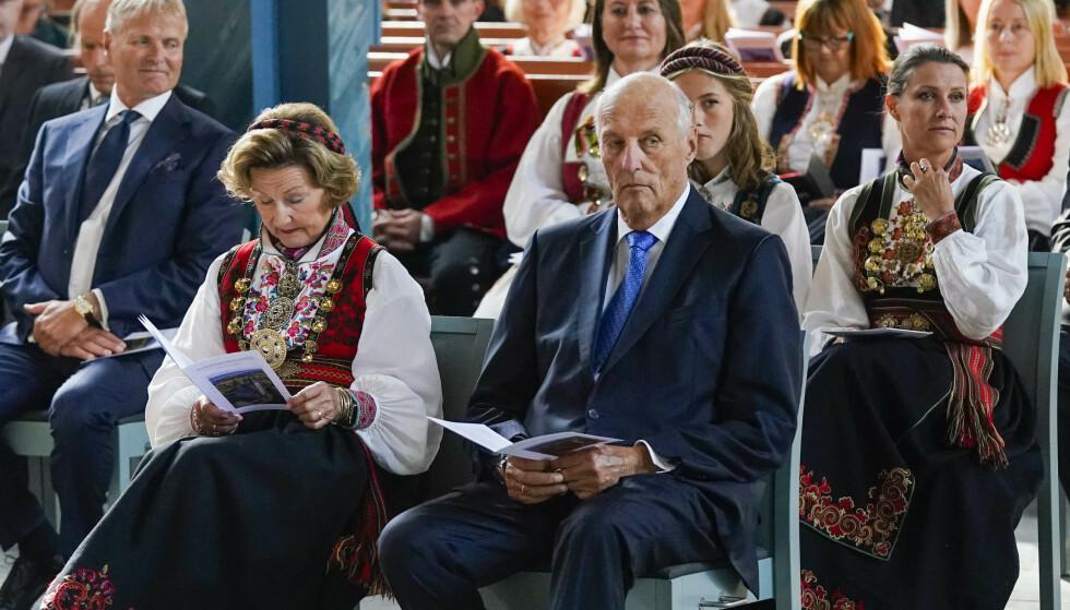 LAGT INN: Kong Harald er lagt inn på sykehus, melder kongehuset fredag. Her er kongen og deler av kongefamilien avbildet i konfirmasjonen til prins Sverre Magnus for snart tre uker siden. Foto: NTB