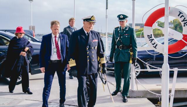 <strong>I GÅR:</strong> Her er kong Harald avbildet i går da han debarkerte Kongeskipet Norge. Foto: Stian Lysberg Solum / NTB