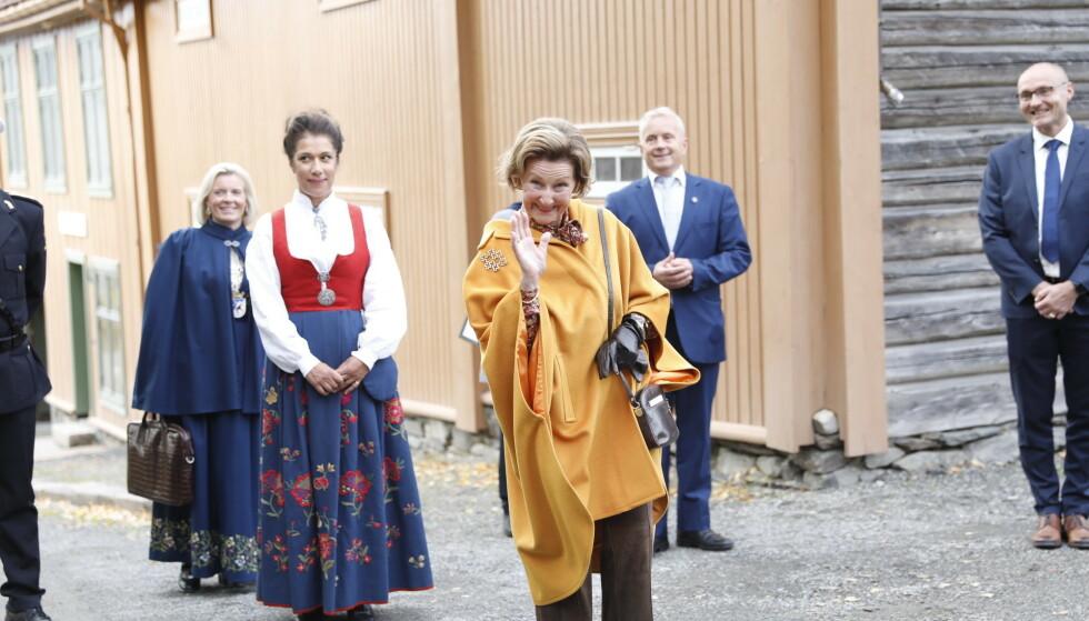 SKULLE HILSE: Dronning Sonja lovet å hilse til kongen fra det oppmøtte pressekorpset. Foto: Christian Roth Christensen