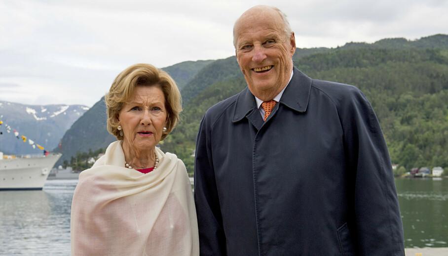 <strong>SYKEMELDT:</strong> Kong Harald ble fredag sykemeldt og innlagt. Her med dronning Sonja i Ulvik i fjor. Foto: Marit Hommedal / NTB