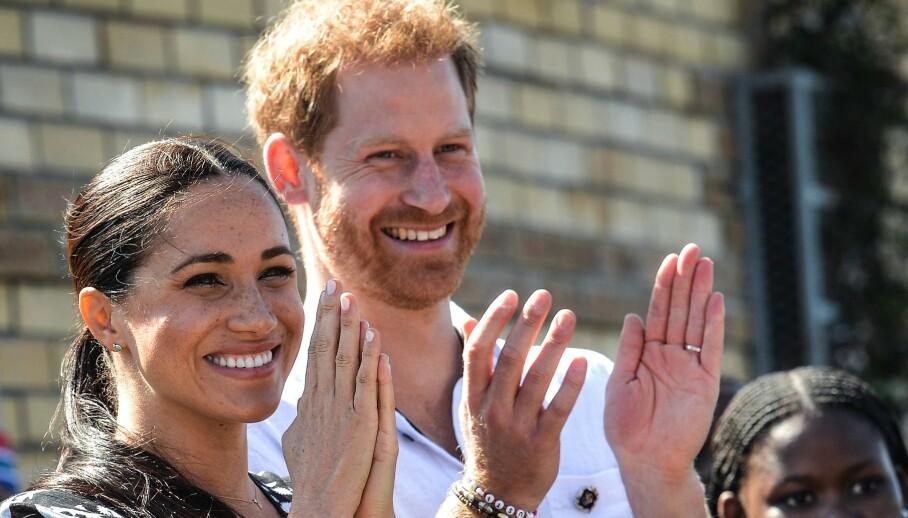 HØYE SUMMER: Hertuginne Meghan og prins Harrys Afrika-tur kostet britiske skattebetalere tre millioner norske kroner. Det dekket blant annet privatfly. Foto: Courtney Africa / POOL / NTB