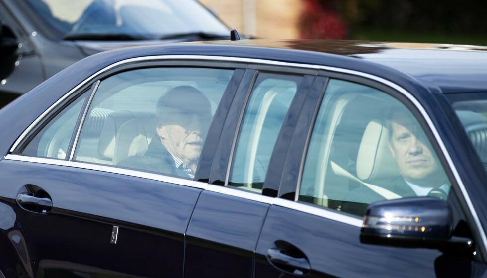 <strong>FORLOT SYKEHUSET:</strong> Kong Harald ble utskrevet og kjørt fra Rikshospitalet mandag, etter å ha vært innlagt siden før helgen.  Foto: Jil Yngland / NTB