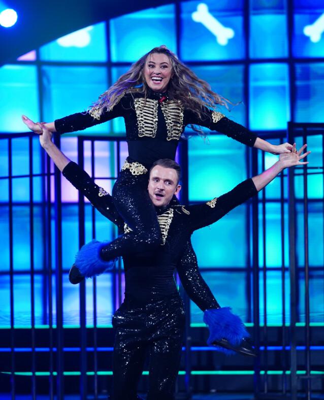 <strong>LØFT:</strong> «Skal vi danse»-paret briljerte på lørdag, og fikk 31 poeng for sin showdans. Alt gikk likevel ikke helt etter planen. Foto: Espen Solli / TV 2