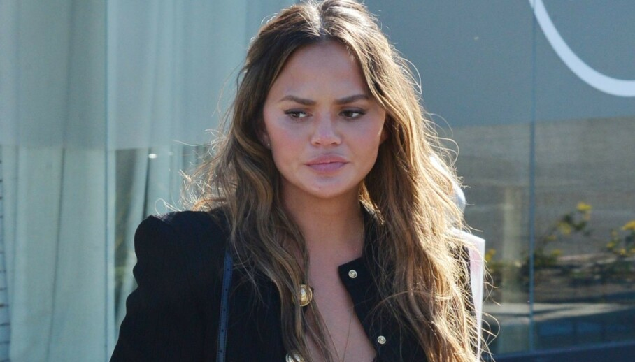 <strong>INNLAGT:</strong> Chrissy Teigen er for tiden innlagt på sykehus som følge av blødninger fra morkaken. Her er hun avbildet ute i Los Angeles i midten av august. Foto: London Entertainment/ Shutterstock/ NTB