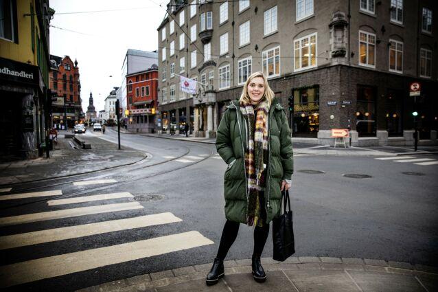 SKRAPESMELL: Tine Jeanette hadde brukt enorme summer på skrapelodd. Lene Drange synes det var betryggende å få et svar på hvordan gjelden ble så høy. Foto: Nina Hansen / Dagbladet