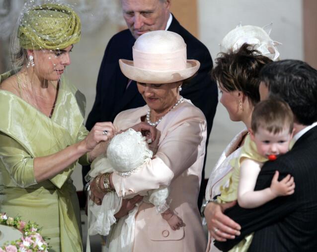NÆRE FAMILIER: Prinsesse Laurentien tok av Leah Isadora Behns lue da hun ble døpt i 2005. Foto: NTB