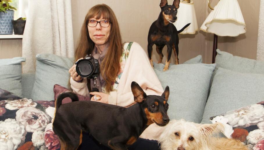FULL FART: Sandra elsker å fotografere, og hundene Ruffen, Sasha og Olympia finner stadig på noen sprell som må foreviges. Foto: Svend Aage Madsen/ Se og Hør