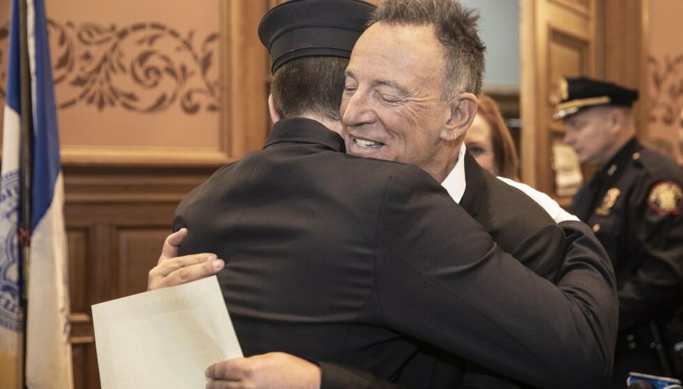 <strong>FAR OG SØNN:</strong> Bruce Springsteen tok turen for å overvære sønnens seremoni i januar. Foto: Jennifer Brown/ Jersey City Mayor's Office/ AP/ NTB