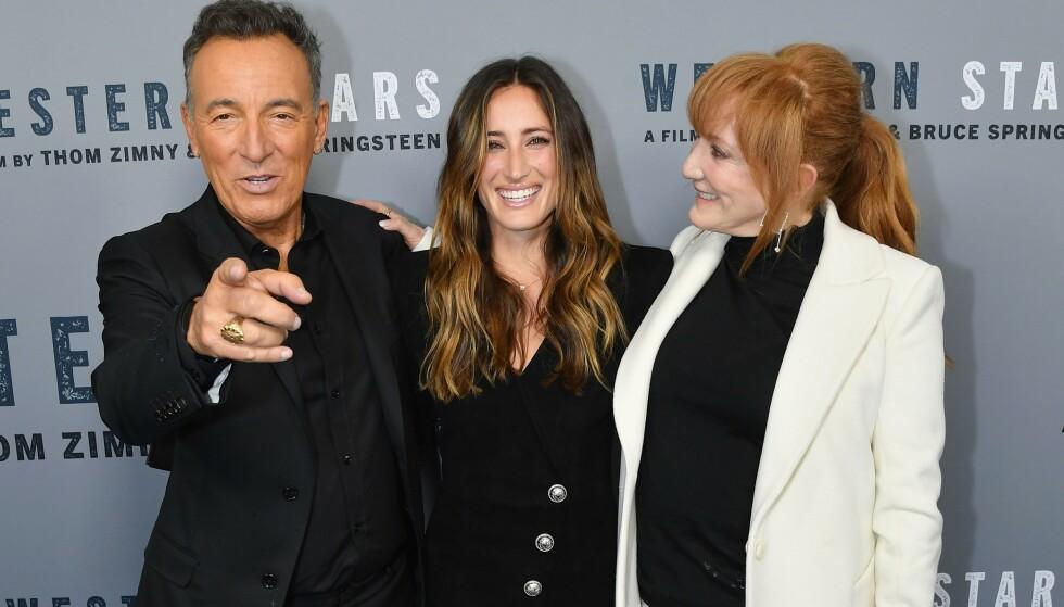 <strong>SPRINGSTEEN:</strong> Datter av rockeikonet Bruce Springsteen, Jessica Springsteen, har skaffet seg sin egen karriere som mesterrytter. Her er hun avbildet sammen med foreldrene under visningen av farens dokumentar «Western Stars» i New York City i 2019. Foto: Angela Weiss/ AFP/ NTB